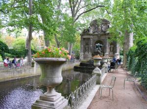 A water feature with chairs and plants in the Jardin du Lexbourg